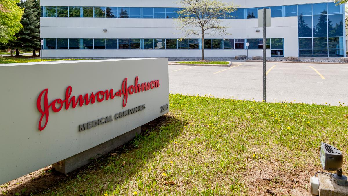 OHA les pide a los proveedores de vacunas del estado que pausen la administración de la vacuna de Johnson & Johnson inmediatamente.